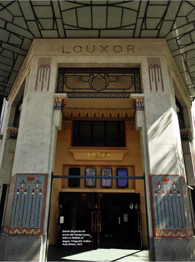 Detalle del pórtico de acceso del Cinema Louxor, sobre su fachada en ángulo. Fotografía: Andrés Avila Gómez, 2017.